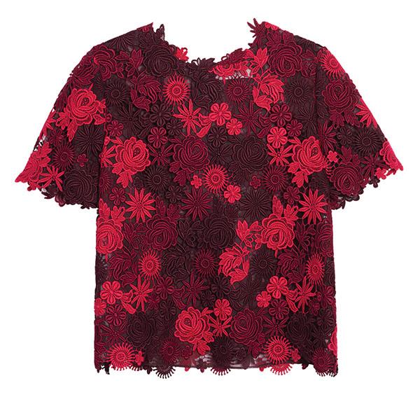 華倫天奴短袖花邊上衣$2,590 含苞欲放的印花,和錯落有致的紅色,充滿時尚熱情的女人味。再加一條鉛筆裙和一雙尖頭平底鞋,讓妳的女性魅力盡情優雅的綻放吧。 At Holt Renfrew,Holtrenfrew.com