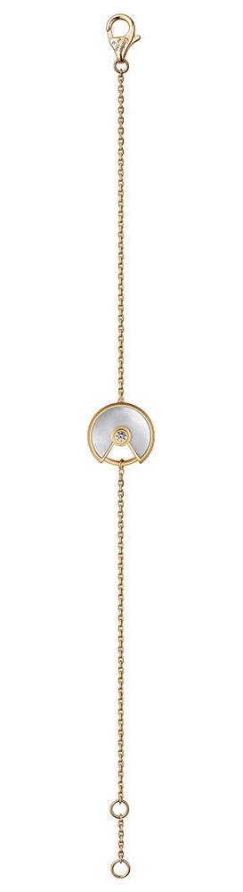 卡地亞手鏈$2,010 Amulette在法語中有護身符之意,也蘊含了這款手鏈的含義:讓妳的願望從潘多拉的魔盒中自由放飛。精緻的18K金鏈,還有鑽石、瑪瑙和珍珠貝的手鏈墜,完美詮釋了寧靜而神秘的典雅。 At Cartier boutique,Cartier.com