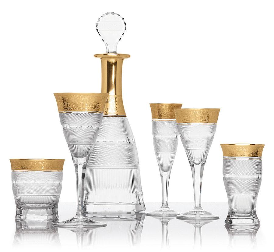 描金餐具Price Upon Request 這套純淨而奢華的玻璃餐具,充份展示了風靡歐洲皇室的品牌Moser那精湛的玻璃水晶工藝。精緻的手工切割,華麗的24K鍍金花邊,彷彿讓餐桌也隱隱散發著皇室的氣息。 At Atkinson's,Atkinsonsofvancouver.com