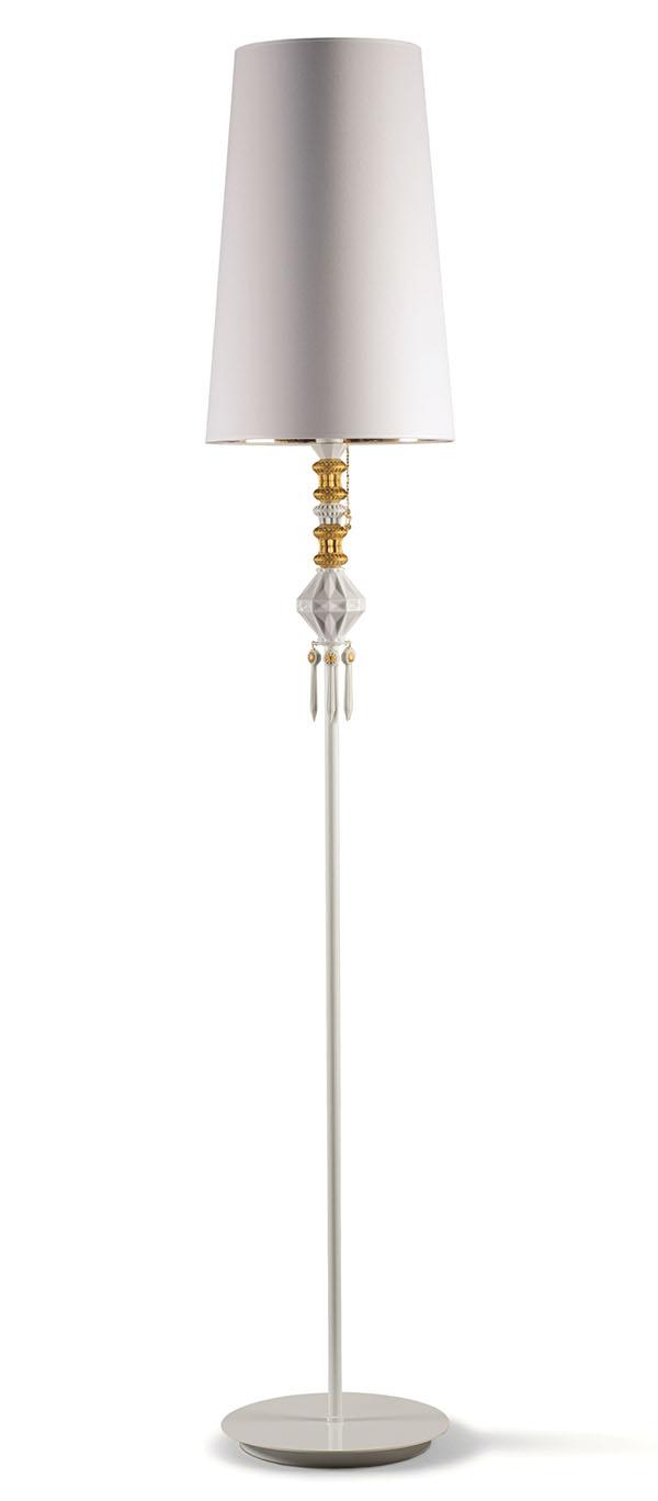 雅緻落地燈$2,045 雅緻的設計風格有著西班牙式的沉靜優雅。黃金色調金屬和白色陶瓷裝飾像一串精緻的項鏈,把落地燈變身為婉約玉立的貴族女子,散發著溫柔的光芒。 Lladro.com