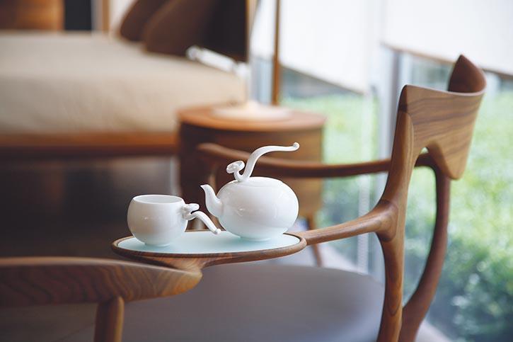 「八方新氣」茶具「如意高飛」,富貴的如意何時變得如此輕盈活力,旋轉45度即可打開壺蓋,妙想巧思,躍然而出。