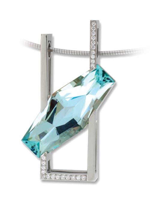 位於溫哥華的 Costen Catbalue 珠寶店,是Celine喜歡的珠寶訂製商,像這個由白金、鑽石和海藍寶石製成的優雅的項鏈吊墜一樣,他們可以為顧客打造出各種美妙的設計。
