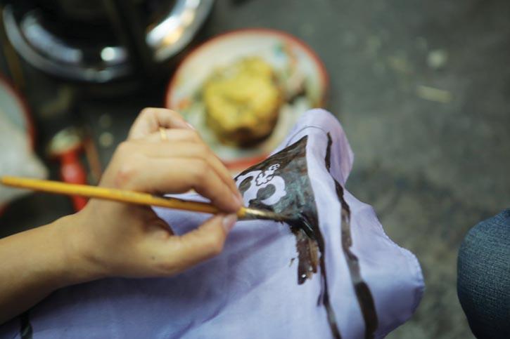 印度最受尊敬的蠟染藝術家之一演示為一塊真絲方巾蠟染、著色的過程。