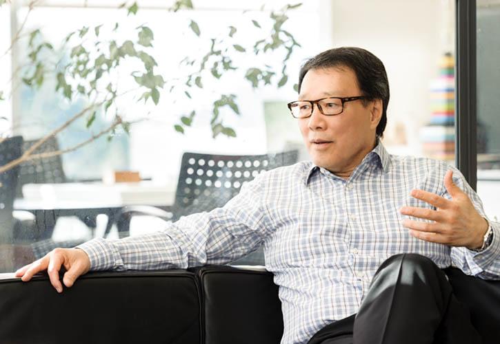 世界聞名的建築師James Cheng在他溫哥華的辦公室裏。