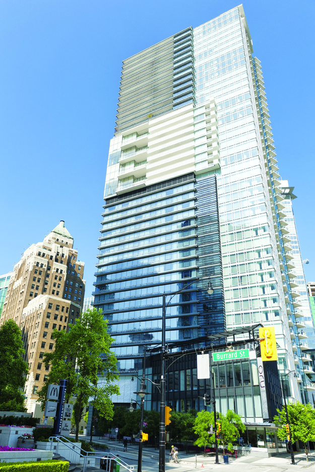 Shaw Tower,2005年完工,為鄭景明將藝術創作運用於建築設計的標誌性作品。由Diana Thater設計的高達487呎的綠色燈帶,閃耀在了溫哥華港的碧波畔。