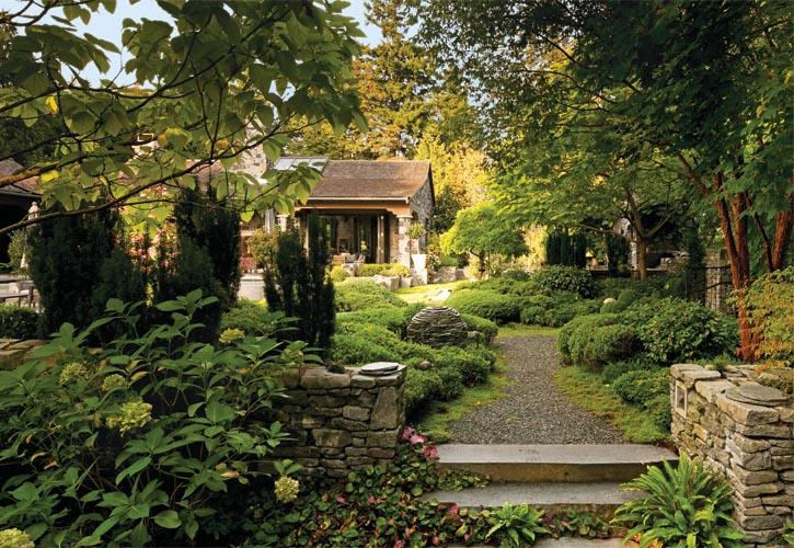 迤邐的小徑引領著來訪者,向隱藏在更深處的美麗花園中走去。