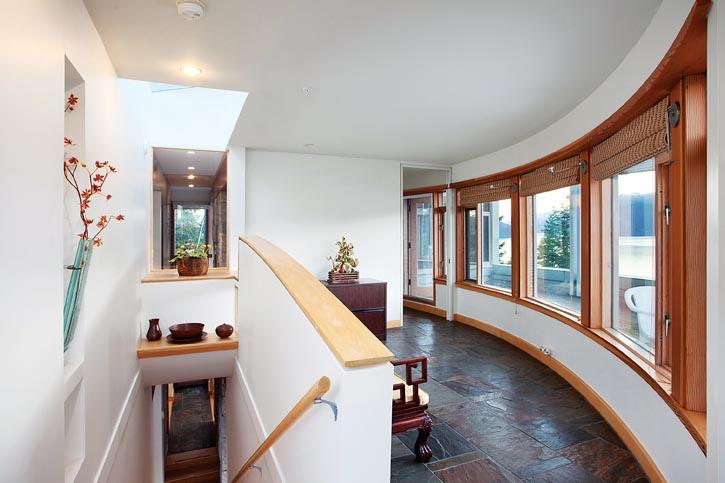 宅邸半圓形的正面,廣闊海景一覽無餘。設計師說:「如果將房屋設計成一個完整的圓形,整個結構就會過於龐大。」而現在,半圓形的正面與後面的方形設計,剛柔並濟、和諧共處。