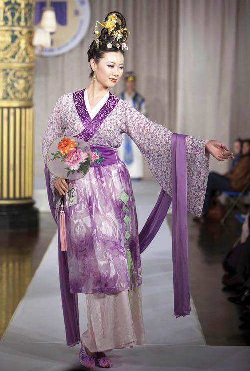 新唐人全球漢服回歸設計大賽,華裔模特展示中國古代女子的著裝和飾品 Photo by Edward Dai
