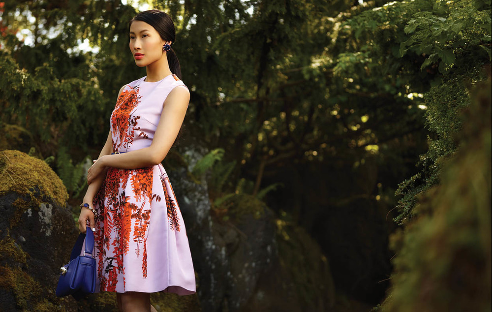 迪奧裙子($4,695)來自Leone。艾瑞克森.比蒙項鏈耳環($598),手鐲($598)來自Ashia Mode。藍色包包($1,390)來自菲拉格慕。 拍攝地點:溫哥華範杜森植物園