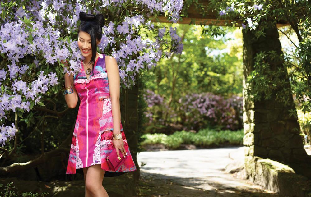 彼得.皮洛托裙子($1,995)來自Holt Renfrew。玫瑰紅小手包($750)來自菲拉格慕。項鏈($2,530)、吊墜($1,115)、戒指($750)、手鐲($1,115~$1,805)均來自斯芬克斯。 拍攝地點:溫哥華範杜森植物園