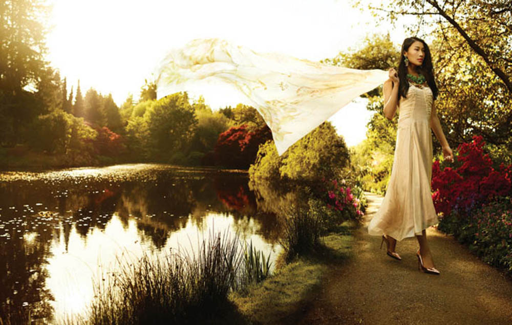 瑞德.克拉考夫裙子($1,765)、吉安維托.羅西高跟鞋($775)來自Leone。絲巾來自菲拉格慕。湯麗柏琦項鏈($595)、耳環($295)來自Holt Renfrew。 拍攝地點:溫哥華範杜森植物園