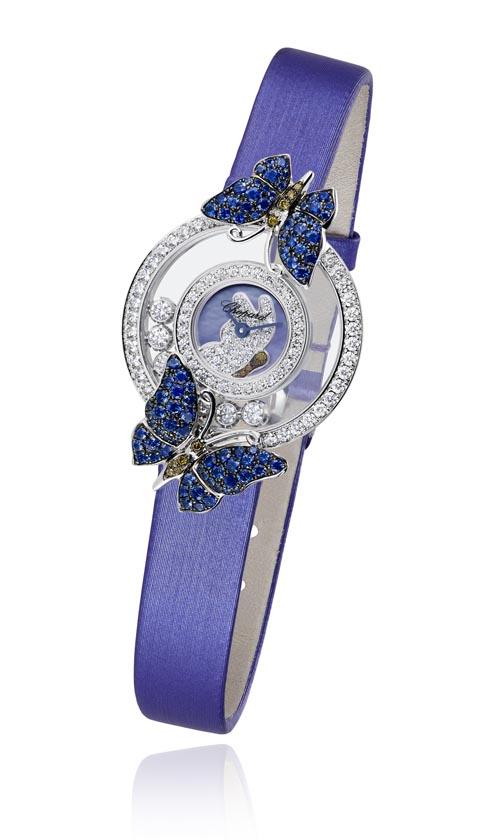 蕭邦 Chopard Happy Diamonds Collection Butterflies 輕盈曼妙的蝴蝶與晶瑩閃耀的鑽石在咫尺方寸間形成了奇妙的默契。周身鋪鑲藍寶石和棕色鑽石的蝴蝶在腕錶兩端以浮雕形式呈現。紫色珍珠貝母底面上,勾勒出蝴蝶圖案,七顆鑽石自由流轉在四周。 chopard.com, At Lugaro Jewellers, 604 925 2043