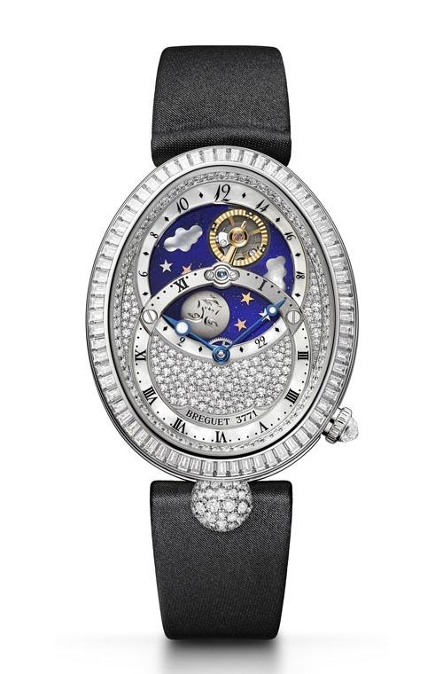 寶璣 Breguet Reine De Naples Collection 8999BB/8D/874 DD0D 橢圓形的錶殼優雅端莊,整錶鑲嵌有超過400顆精美切割的鑽石。錶盤被兩個圓環劃分開來,上方展示白天與夜晚,金色平衡擺輪代表太陽,手工雕刻的鈦金屬月亮,在青金石鋪就的藍色天空、珍珠貝母雲朵和金色星星間交替流轉。下方為小時和分鐘盤。 breguet.com, At Montecristo Jewellers, 604 263 3611