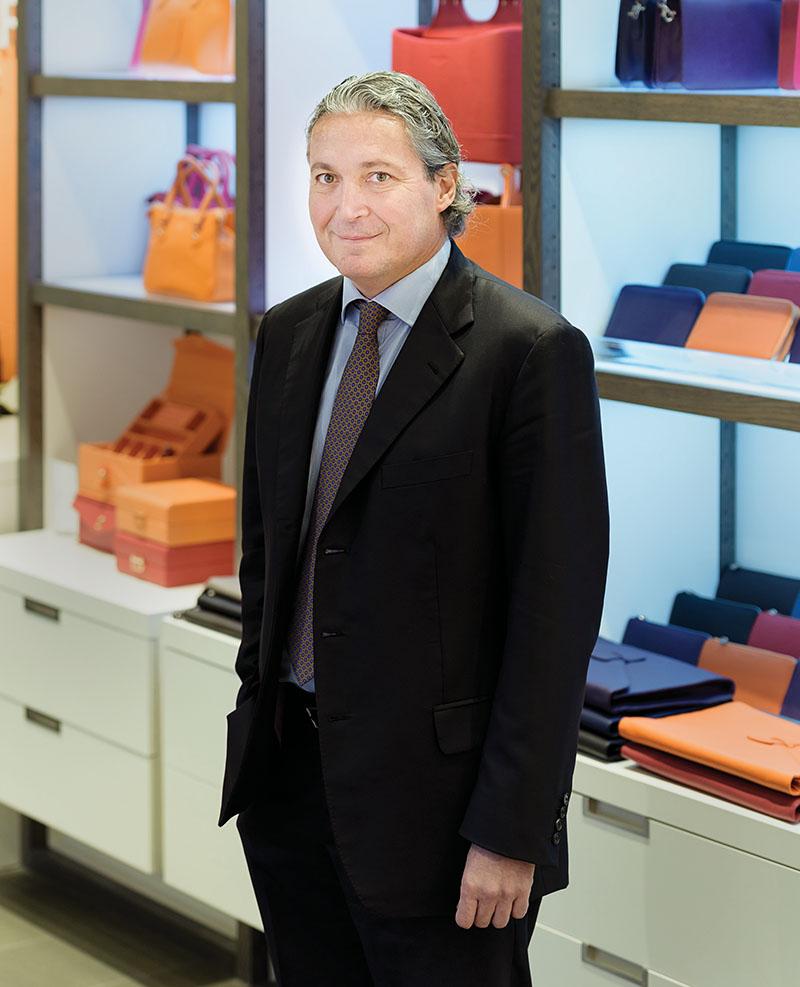 意大利時尚文具品牌Campo Marzio的總裁Roberto Di Giorgio先生,正站在其新近開業的位於溫哥華「太平洋中心」的旗艦店前。