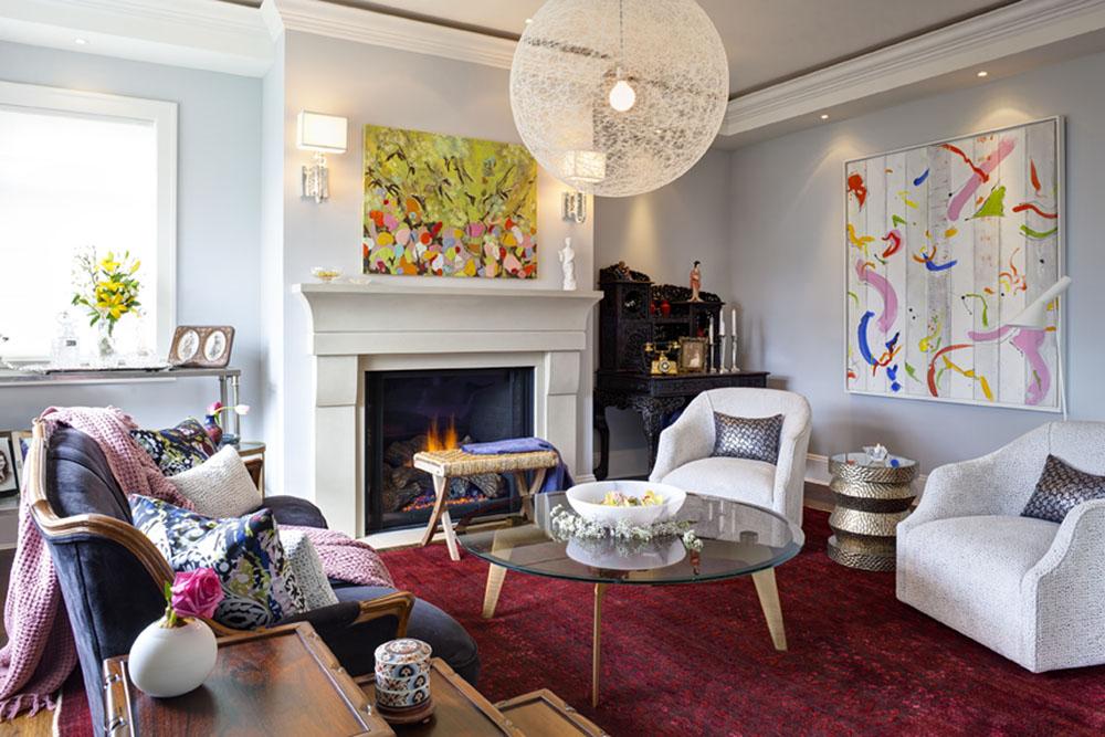 正式又不乏趣味的客廳,雕琢精美的中國古董桌案與牆壁上的現代繪畫形成奇妙對比。
