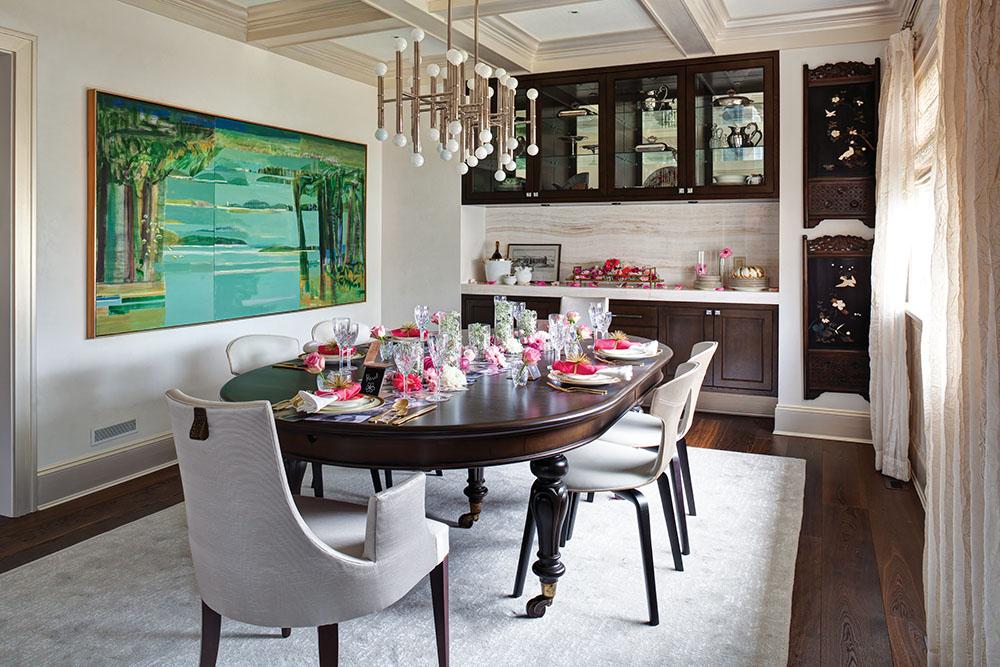 懷舊的天花板與光潔的牆壁營造出優雅氛圍,古董餐桌與Baker和Minotti的現代餐椅相得益彰,竹節吊燈和牆壁上的屏風裝飾則添加了幾分東方情調。