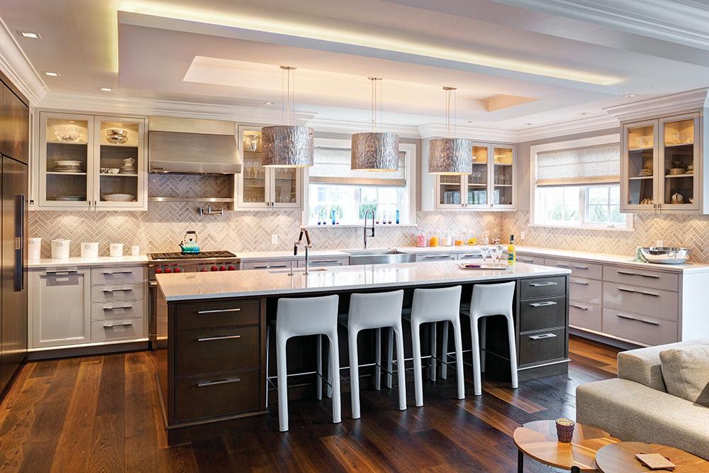 Cambria人造石英檯面,奶白色樺木櫥櫃和銀色的桶形吊燈,共同打造出Hungerford家中雅緻溫馨的廚房。