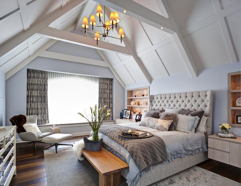 高聳的屋頂安全地保護著king尺寸的大床,訂製的軟包菱格床頭透著舒適閒逸,原木床凳、鏡面櫥櫃豐富了空間中的紋理和視覺效果。