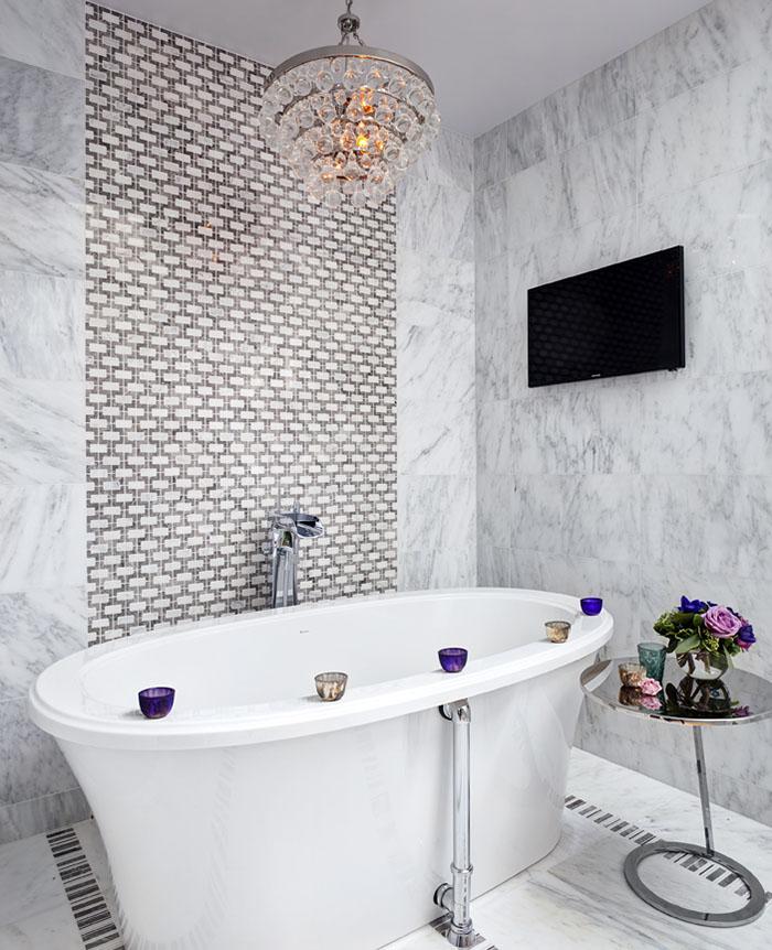 以白色大理石為底色的浴室,華麗的水晶吊燈和瓷磚紋路更添奢華。