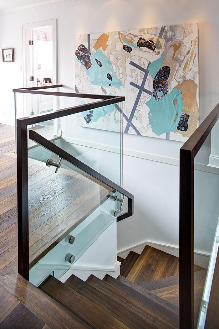 打磨精細的木材和通透的玻璃圍欄,優雅精緻。