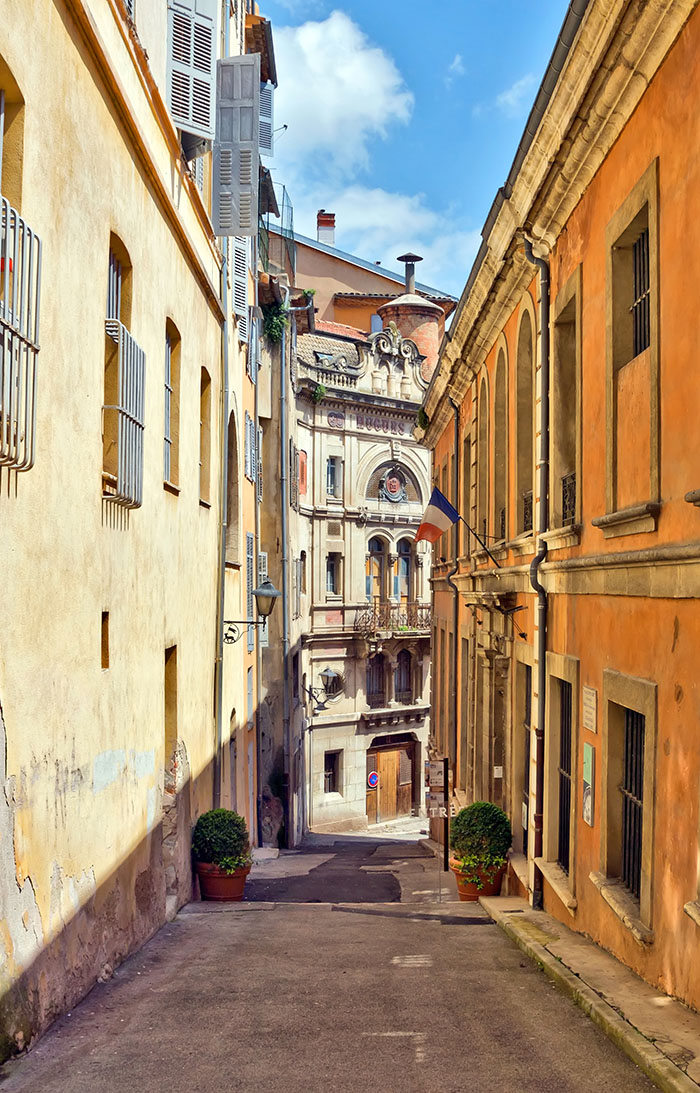 Grasse充滿歷史感的街道,舊石板路的兩側是有上百年歷史的建築。