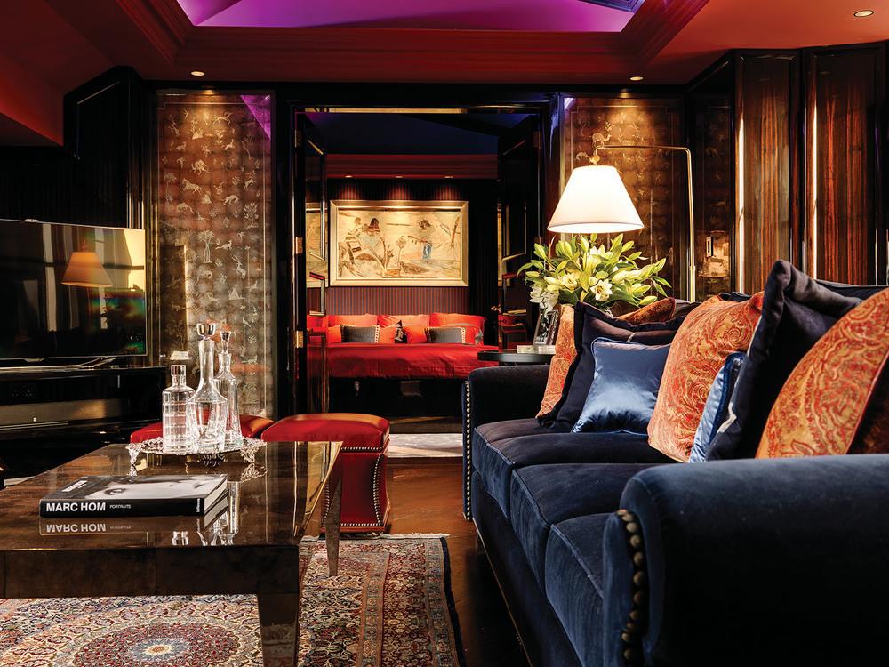 樓上的會客室將現代科技和古典風格完美融合,裝飾精美的天花板和波斯地毯交相輝映,溫哥華Gorman Studios繪製的反向玻璃彩繪裝飾板格外引人注目。