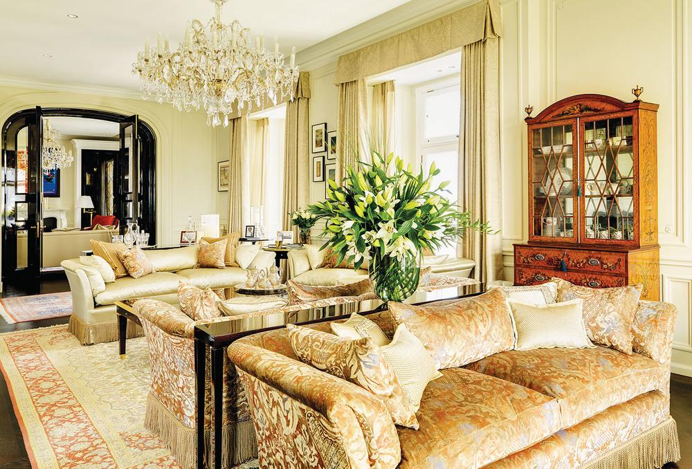 於1870年製作的古董陳列櫃,帶有英國名匠Hepplewhite的精細風格,成為客廳內的焦點。中間的沙發,面料來自巴黎著名紡織品品牌Sabina Fay Baxton,華麗的中世紀天鵝絨提花工藝,盡顯奢華。