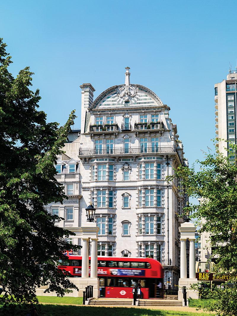 公寓所在的大樓建於1904年,位於Piccadilly大街,曾是倫敦最繁華的街道之一。