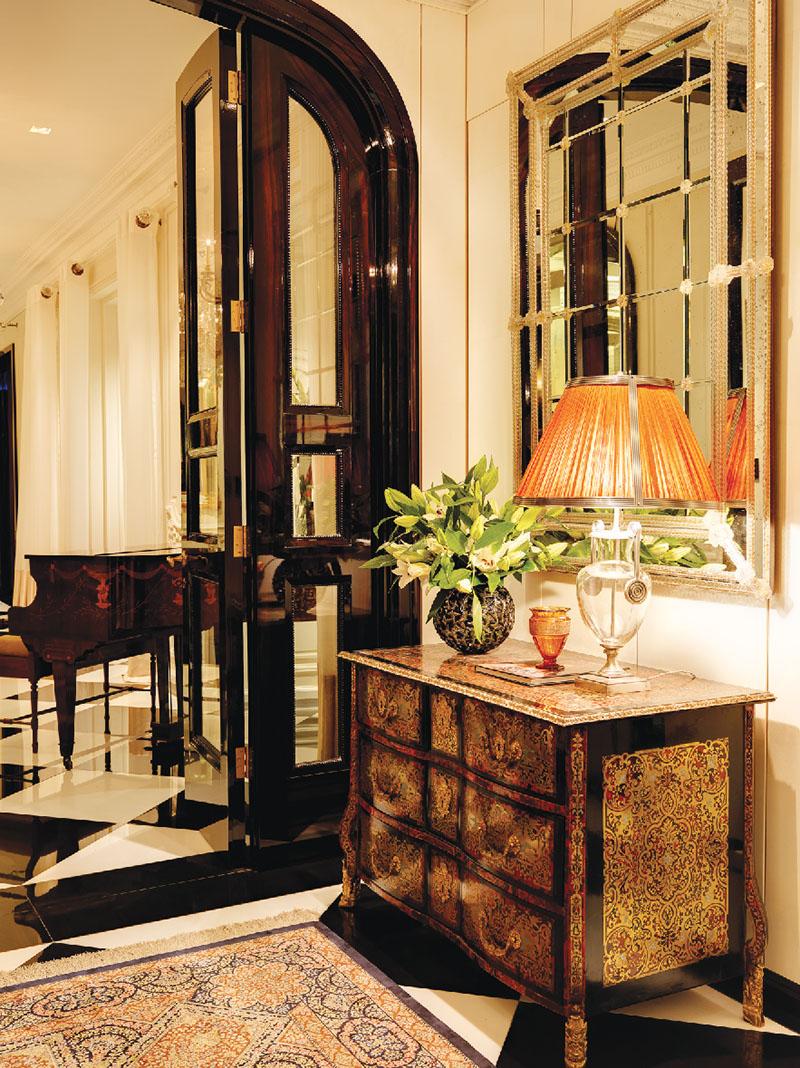 路易十四風格的邊櫃,上面的玳瑁裝飾鑲嵌精緻,組成了精美的圖案。