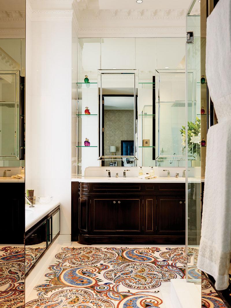 馬賽克鑲嵌地面,由三萬塊各種半寶石拼接而成,如紫水晶、紅瑪瑙、天青石和珍珠貝母等。拼接式的巴西桃花心木家具,是Oro Bianco Interior Design依據傳統法國家具設計的。