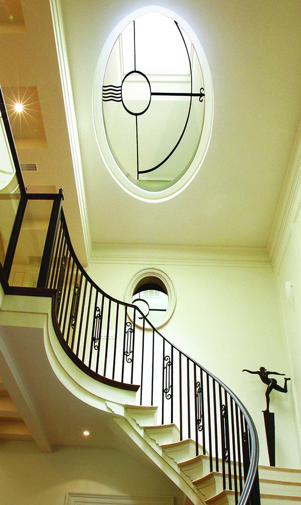 呈橢圓形蜿蜒而上的樓梯,如漂浮在空中般靈動,是上世紀三十年代裝飾藝術的縮影。