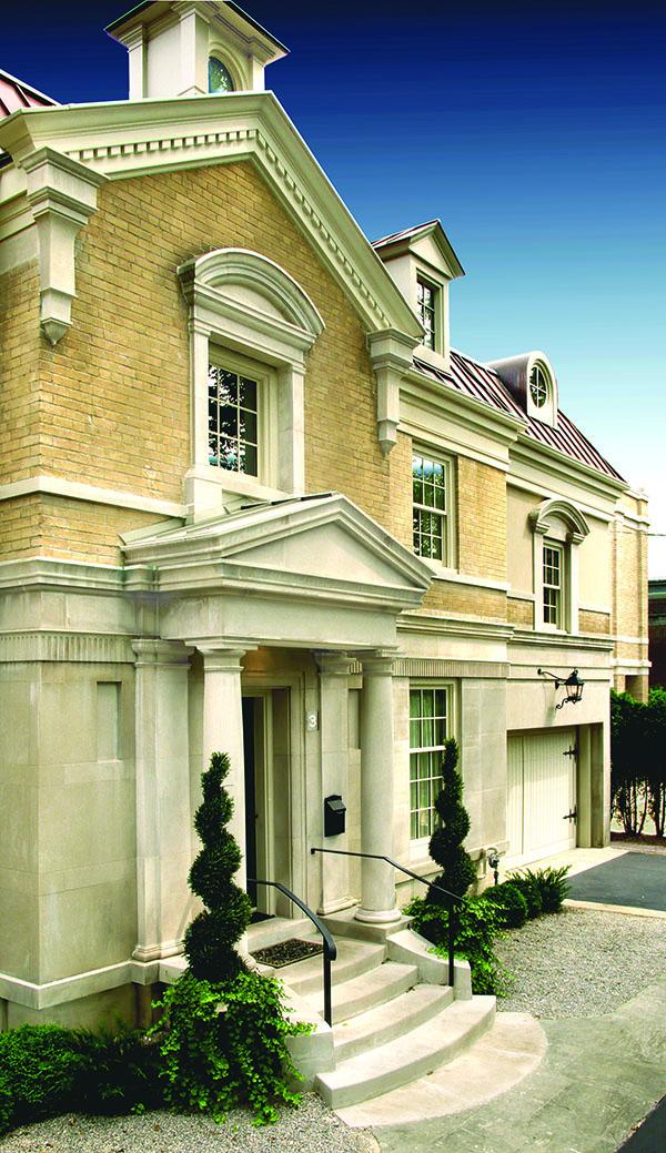 這座位於多倫多玫瑰谷的宅邸,建築外觀有著英國喬治王朝時代的風格,融合了眾多古典元素,與一般的英倫風格不盡相同。
