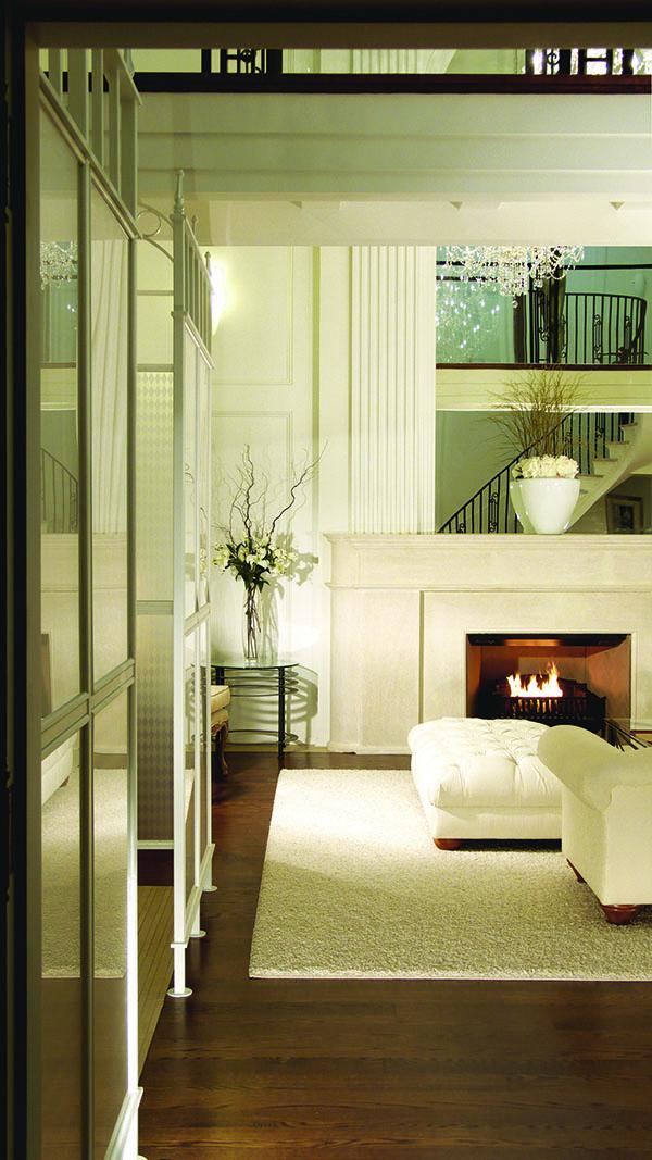 建築和室內設計師Po Ku打造的客廳,19英呎高的天花板和石灰岩壁爐盡顯奢華。