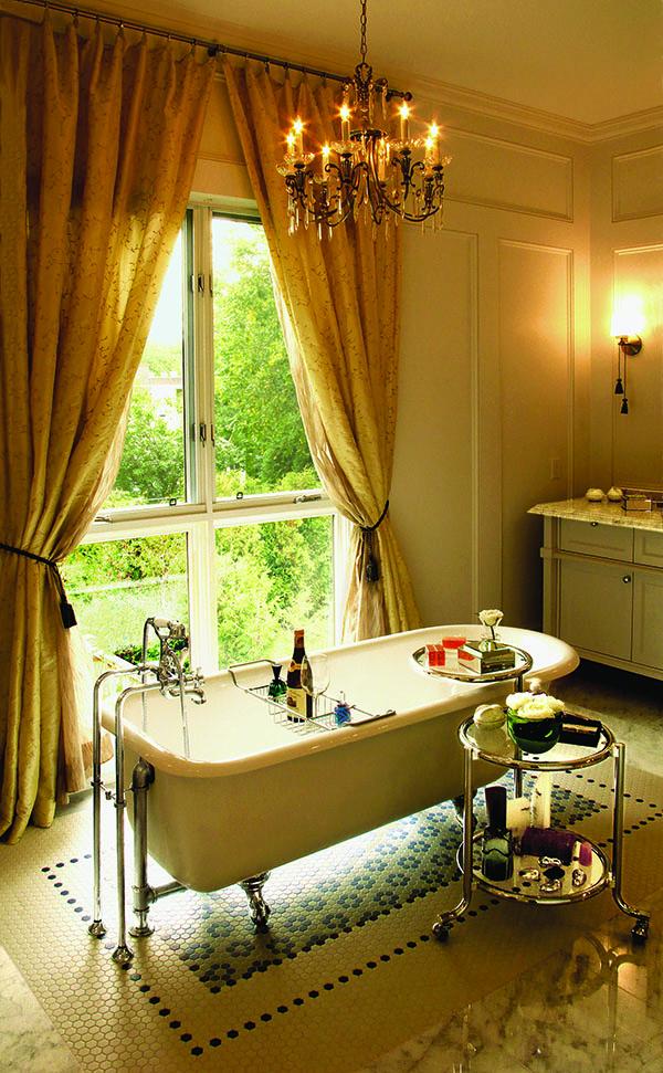 低調的奢華成為浴室的主旋律,窗外的玫瑰園更添浪漫。