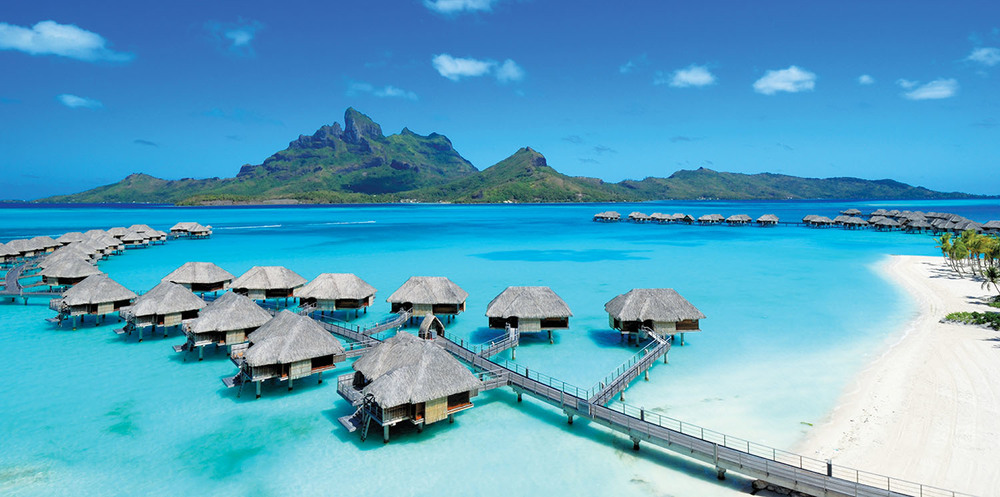 擁有100個水上茅屋,波拉波拉島四季度假酒店讓您和南太平洋美麗的海水親密接觸。
