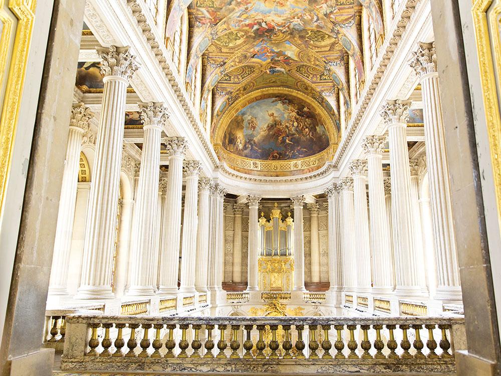 教堂天頂上恢宏的壁畫描述的是路易十四在大力神海格力士的幫助下穿越萊茵河。