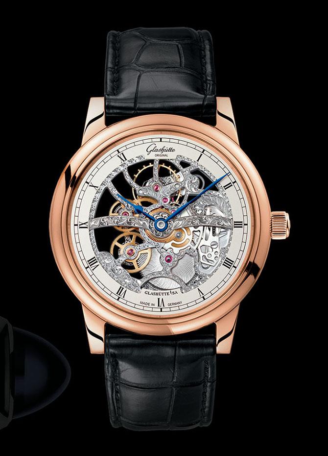 Glashütte Original Senator Manual Winding Skeletonized Edition 德國頂級腕錶品牌Glashütte Original在製作鏤空腕錶上有著悠久的傳統。近日推出的這款鏤空腕錶搭載了自家錶廠打造的Calibre 49-18機芯,完美融合了複雜機械結構和精巧雕飾,在藍寶石水晶錶鏡與錶底之間,全方位地華麗呈現。拋光18K紅金錶殼,藍鋼指針。動力儲存40小時,防水50米。 glashuette-original.com, at Lugaro Jewellers, (604) 925-2043