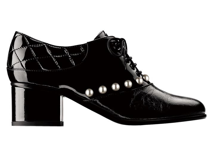 Chanel Black patent leather lace-up shoe with pearls 香奈兒鑲珍珠黑色漆皮皮鞋  chanel.com