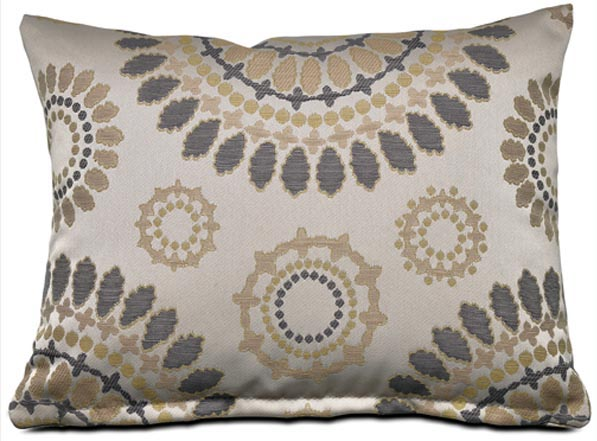 BoConcept Mixed Cushion, $59中性色調的提花靠枕,精緻華麗中不乏一絲暖意。 At BoConcept, 604 730 8111 boconcept.ca