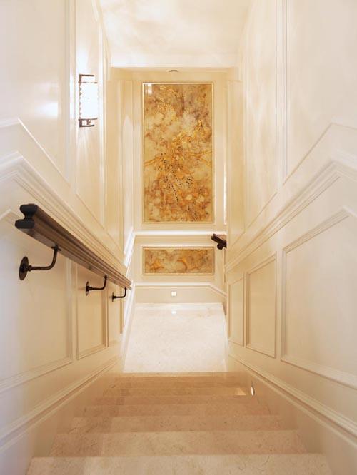 以孔雀為主題的反面彩繪玻璃裝飾壁板,由溫哥華Gorman Studios裝飾藝術工作室量身製做。