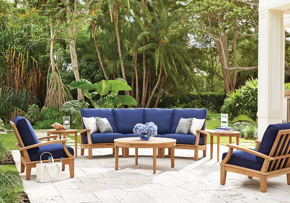 GlosterHalifax Collection Lounge Chair $2,950, Modular Sofa $10,550 硬木沙發、扶手椅 At Brougham Interiors, (604) 736-8822,broughaminteriors.com