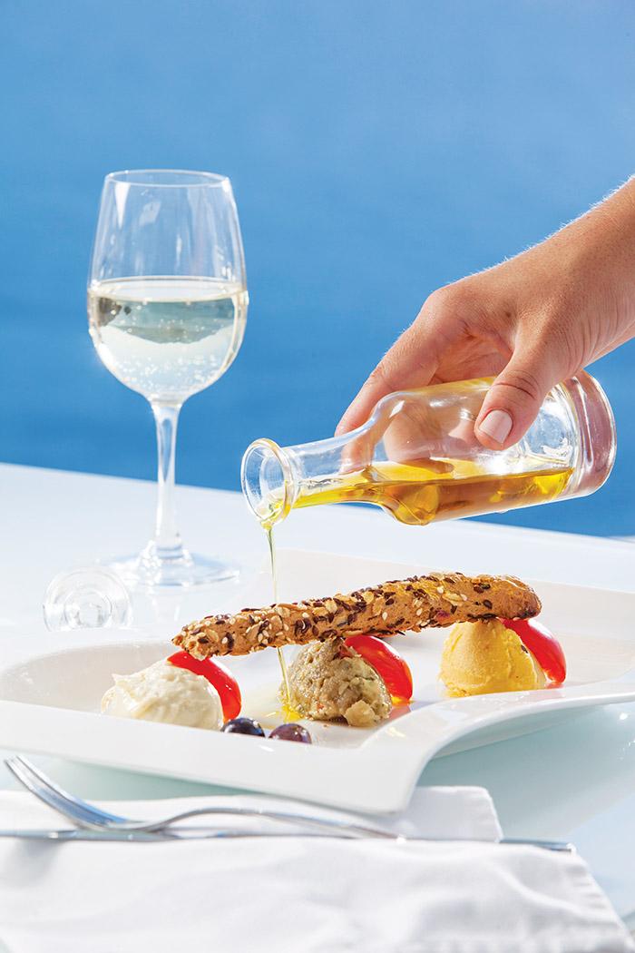 在泳池旁品嚐希臘出產的酸度較低的特級初搾橄欖油,盡享美景和美味。