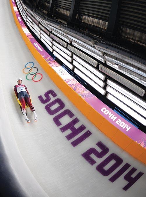 Martins Rubenis在軌道上高速滑行著,最快時速超過150公里。