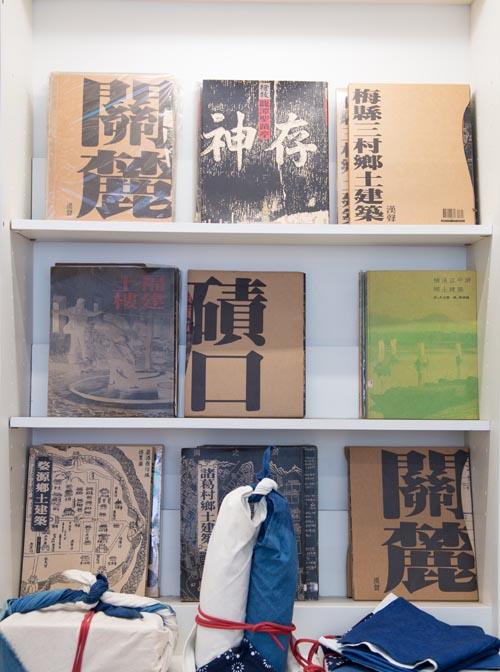 「漢聲巷」內,黃永松的團隊出版的關於傳統中國文化、手工藝的圖書。