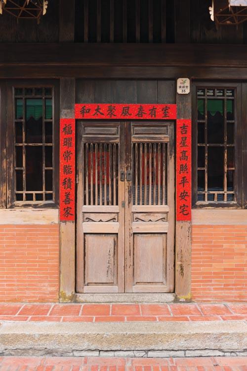 流傳千年的中國民俗——過年貼手寫春聯。