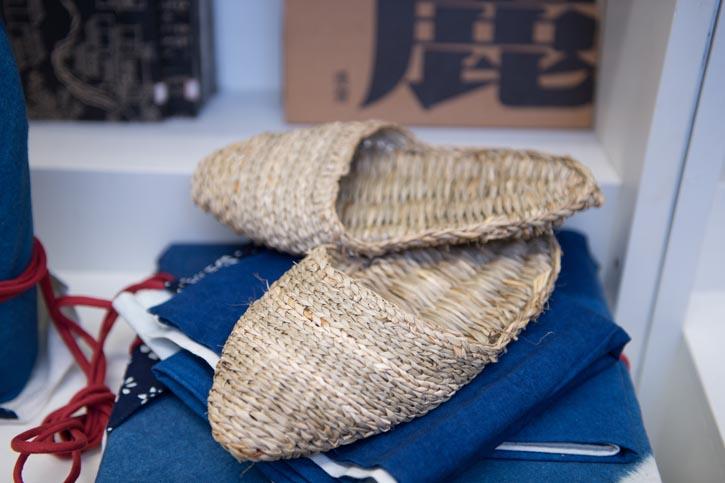 手工編織室內草拖鞋。