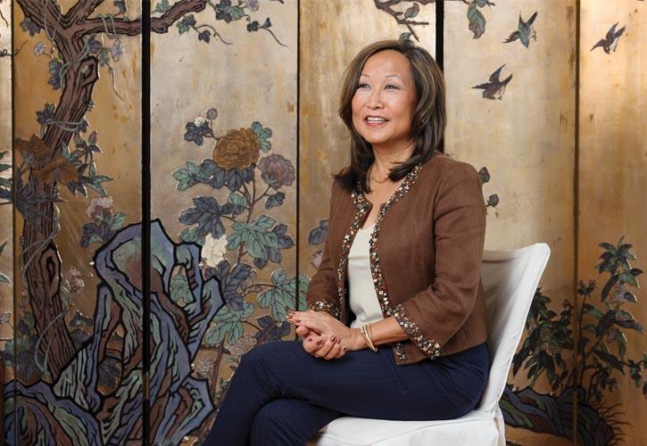 Patricia Chew, 曾任CBC、CNN國際新聞網、探索頻道等眾多國際媒體的電視主播和通訊記者,並屢獲新聞大獎。圖為她在溫哥華的家中。