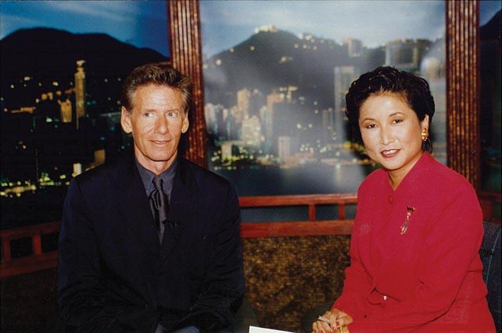 Patricia Chew1996年在CNN國際新聞網香港廣播中心採訪時尚設計師Calvin Klein;South China Daily報紙頭版報導。