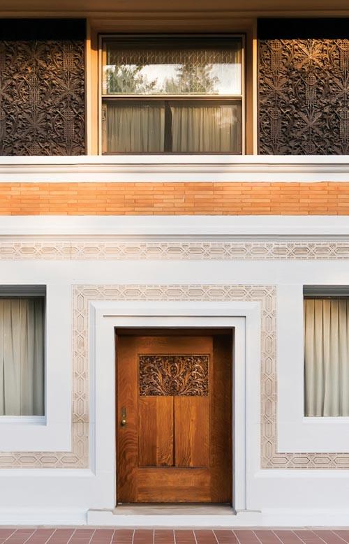 宅邸所使用的豐富的裝飾材質和紋理。