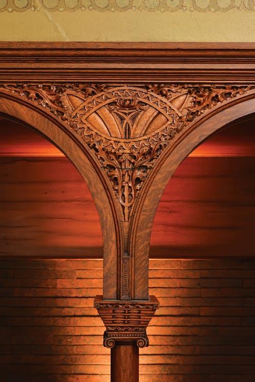 羅馬裝飾拱柱上方的壁紙是後來一位房主加上的。